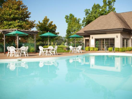 Falls village branson outdoor pool midwest vacation rentals for Branson mo cabins with indoor pool
